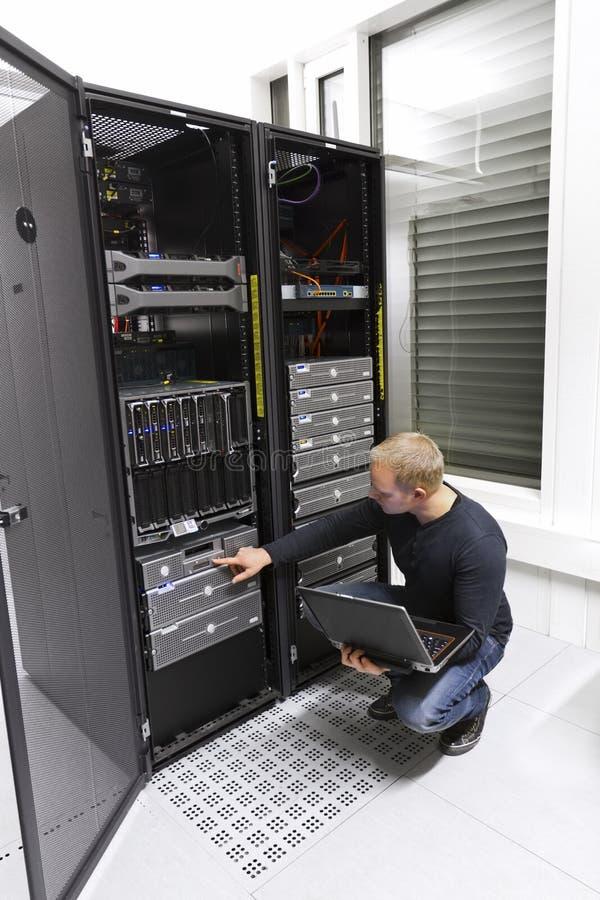 Consulente IT Maintains Backup in centro dati fotografia stock
