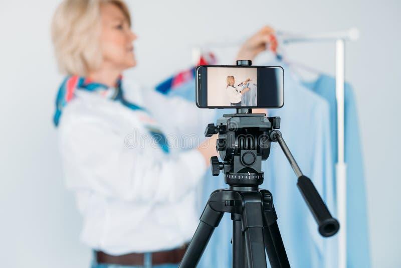 Consulente in materia di modo femminile dello smartphone personale del blog fotografie stock libere da diritti