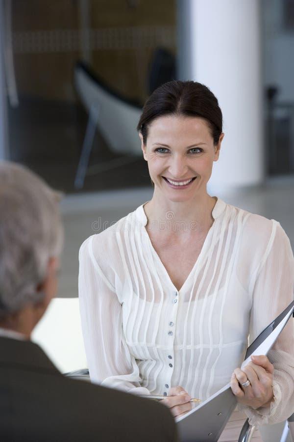 Consulente in materia sorridente della donna fotografia stock libera da diritti
