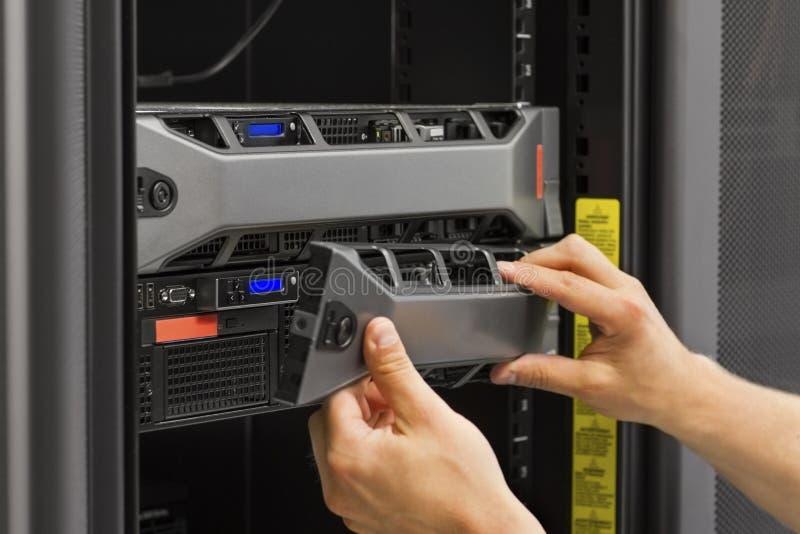 Consulente IT Working con i server dello scaffale immagine stock libera da diritti
