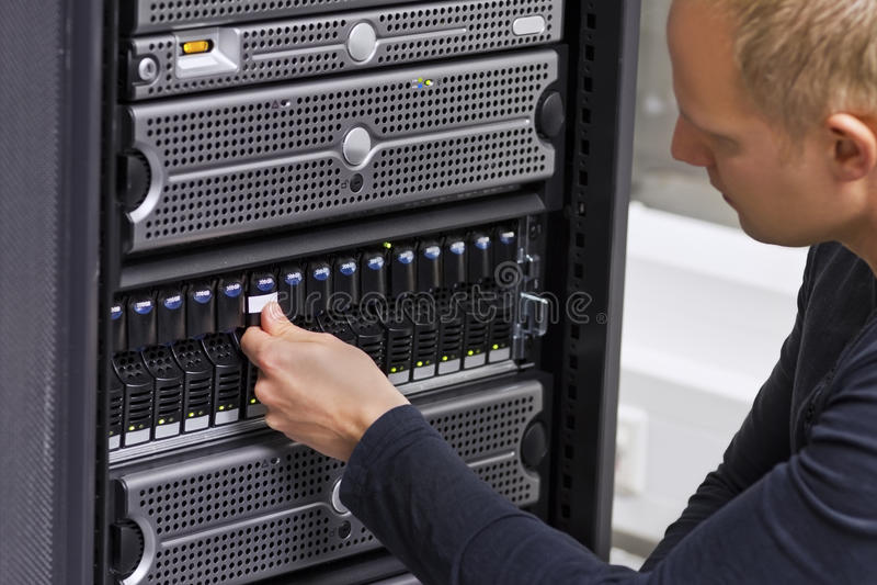 Consulente IT Working con il SAN ed i server immagine stock libera da diritti