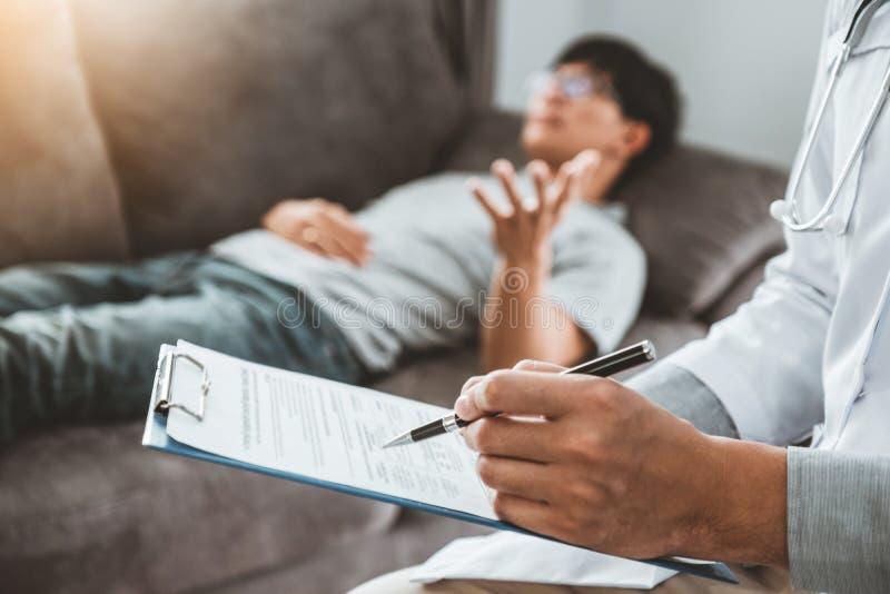 Consulenza medica e esame diagnostico con la malattia dei pazienti e scrittura di informazioni sulle prescrizioni fotografie stock libere da diritti