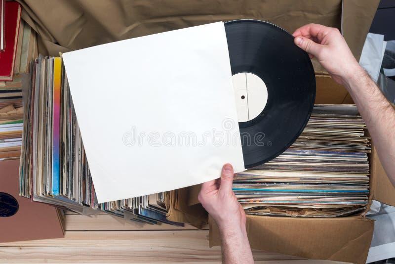 Consultação através da coleção dos registros de vinil Fundo da música Copie o espaço Imagem denominada retro imagem de stock royalty free