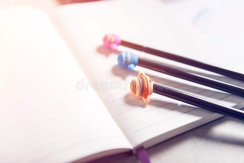 Consulta astrol?gica com caderno aberto, carta natal do nascimento e caf? fotografia de stock royalty free