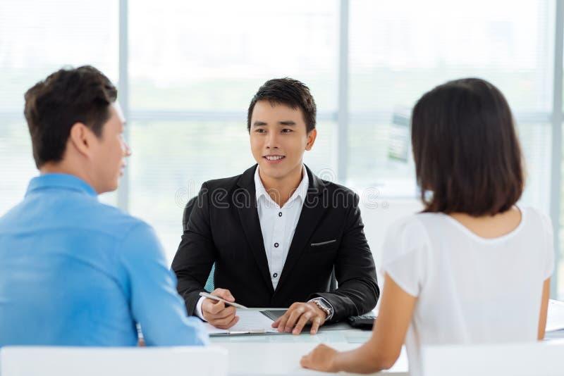 Consulta con el agente inmobiliario imagenes de archivo