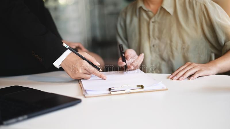 Consulta de empresas : Consultoria de empresárias se reunindo com o novato na mesa do escritório imagem de stock royalty free