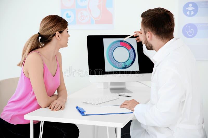 Consulta de ginecología Mujer con su doctor imagenes de archivo