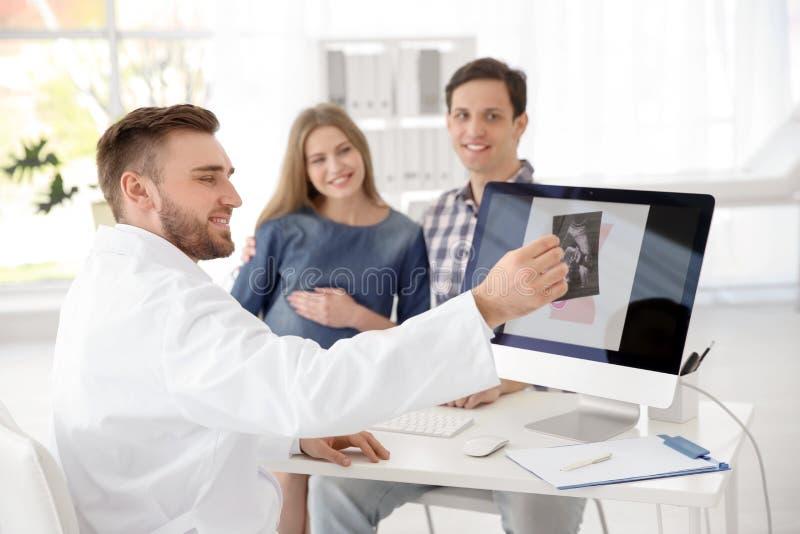Consulta de ginecología Padres futuros con el doctor fotos de archivo libres de regalías