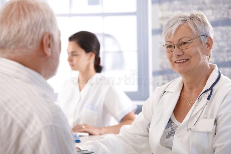 Consulta dos cuidados médicos na idade avançada imagem de stock