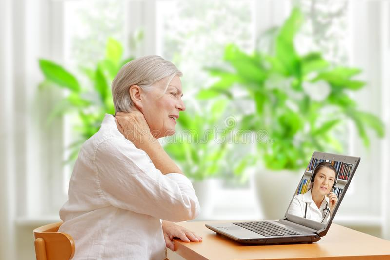 Consulta em linha do doutor da dor de pescoço da mulher foto de stock royalty free