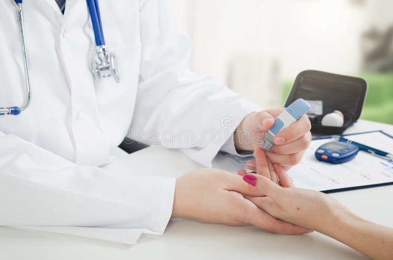 Consulta médica de la diabetes en la oficina del ` s del doctor fotografía de archivo