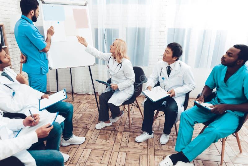 Consulta médica dos trabalhos de equipa com doutor principal fotografia de stock royalty free