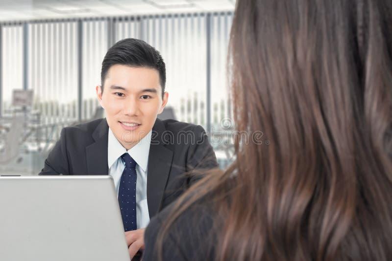 Consulta nova asiática do homem de negócio imagem de stock royalty free
