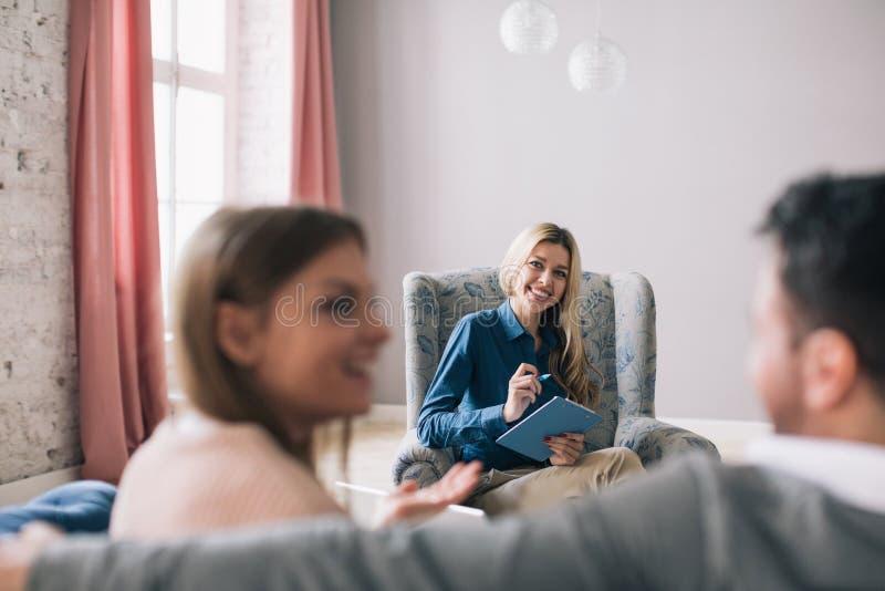Consulta psicológica A mulher é um profissional fotografia de stock