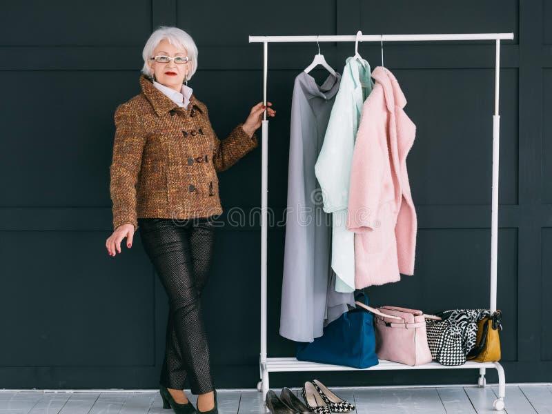 Consultant en matière à la mode de garde-robe de styliste supérieur de mode photographie stock