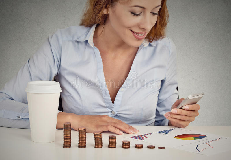 Consultant en matière d'investissement de femme analysant le rapport annuel de société image stock