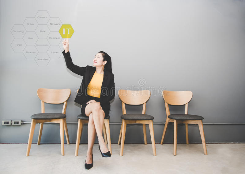 Consultant en matière informatique de contact de femme d'affaires présent le nuage de tags au sujet de la technologie de l'inform images stock