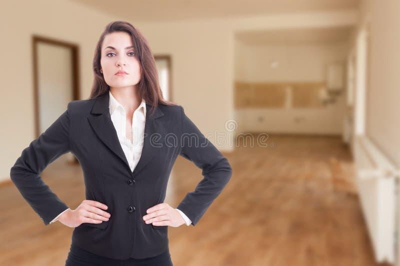 Consultante bonito da propriedade com mãos em sua cintura fotos de stock royalty free