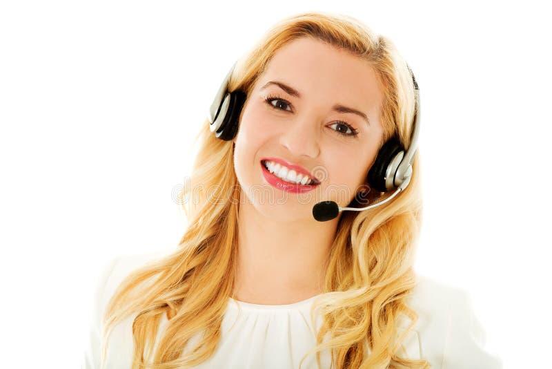 Consultante bonito do centro de atendimento nos fones de ouvido foto de stock