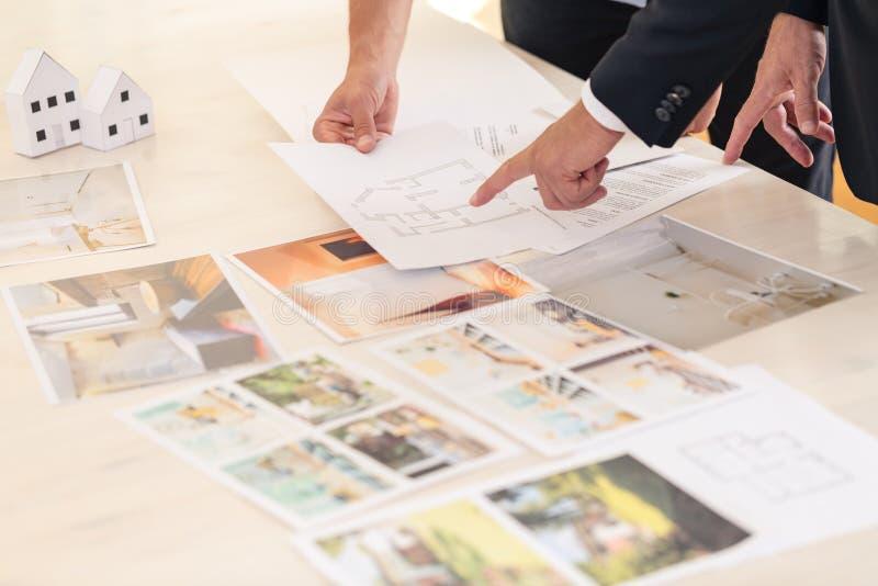 Consultante dos bens imobiliários que apresenta ofertas imagens de stock royalty free