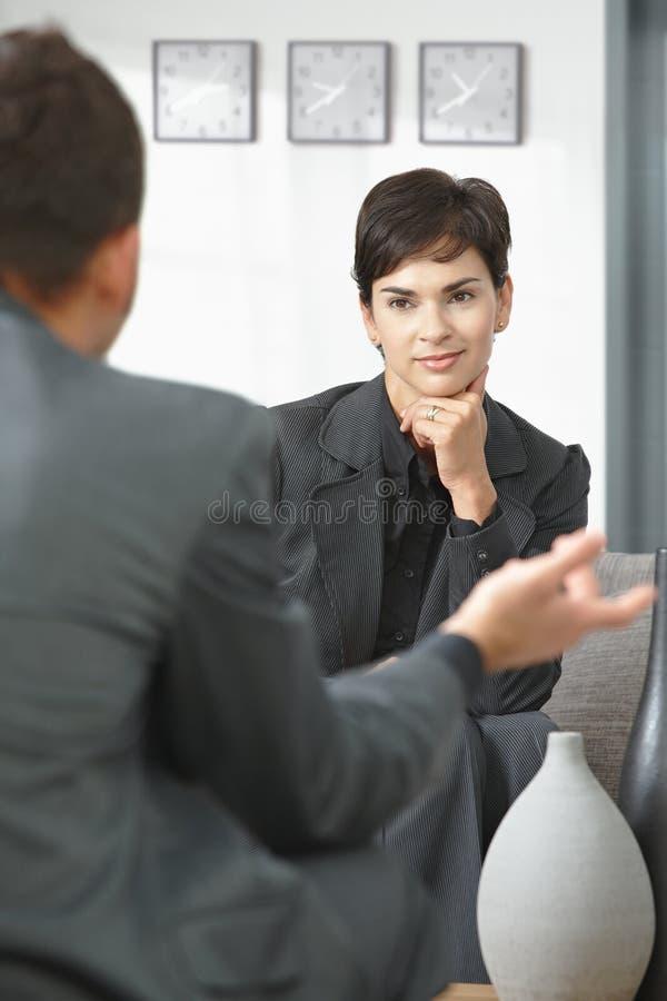 Consultante fêmea que escuta fotos de stock royalty free