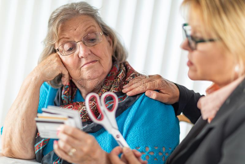 Consultante financeiro Handing Scissors ? senhora superior Holding Credit Cards imagem de stock royalty free