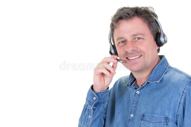 Consultante no telefone com os auriculares com copyspace lateral no callcenter fotos de stock royalty free