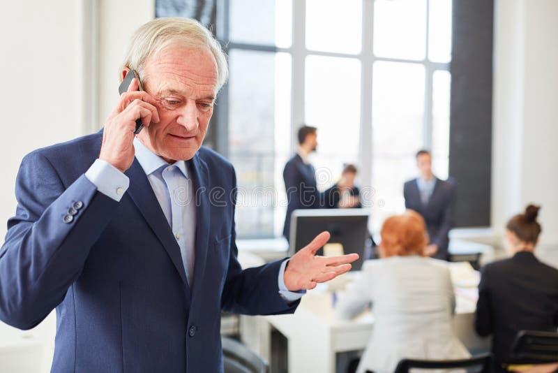 Consultante que faz a chamada com smartphone imagem de stock royalty free
