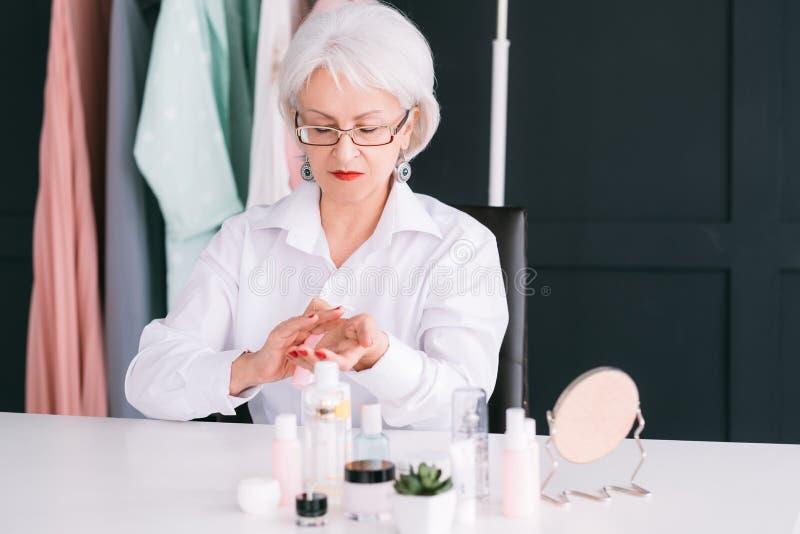 Consultante superior dos cosméticos da pele do blogger da beleza imagem de stock royalty free