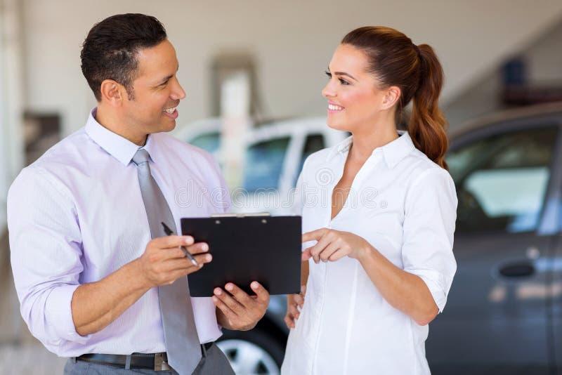 Consultantes das vendas do carro fotografia de stock