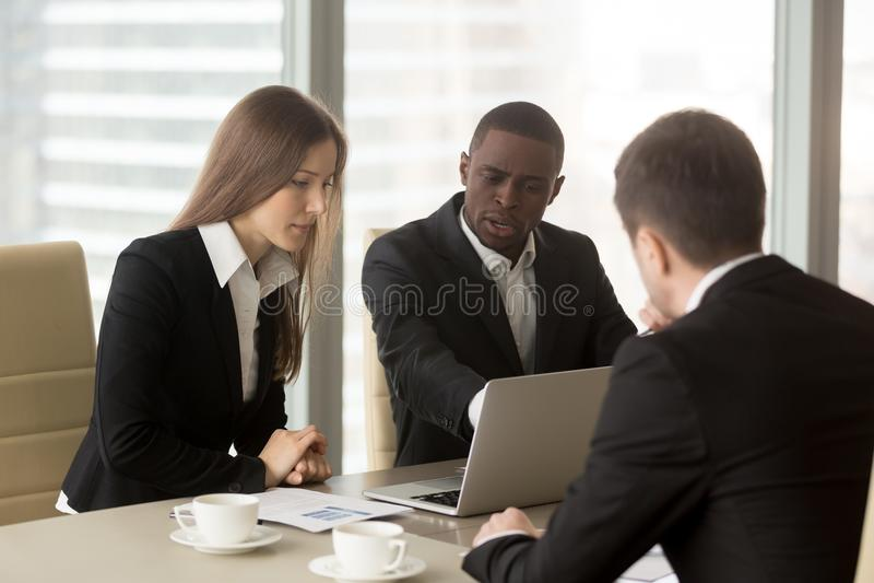 Consultants en matière financiers de écoute de femme d'affaires calme photos libres de droits