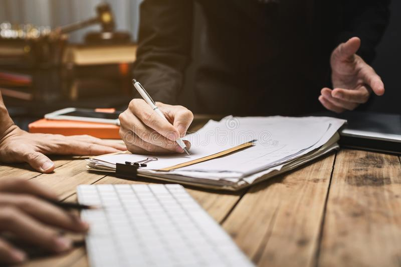Consultas sérias entre advogados e empregadores foto de stock