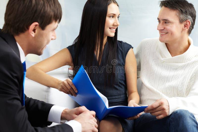 Consultation de couples photos stock