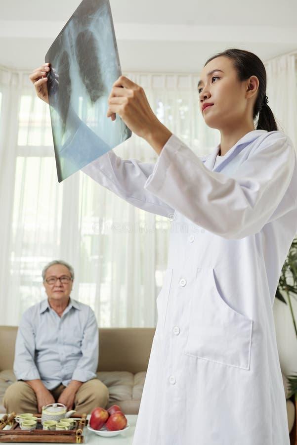 Consultation de docteur à la maison photos stock