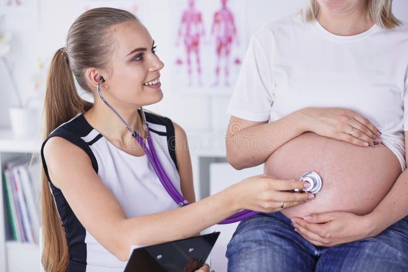 Consultation de gynécologie Femme enceinte avec son docteur dans la clinique images stock