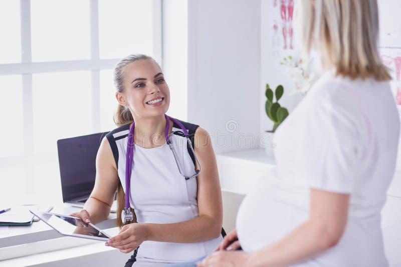 Consultation de gynécologie Femme enceinte avec son docteur dans la clinique photographie stock libre de droits