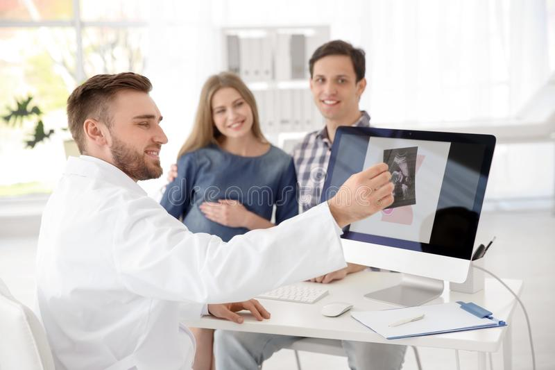 Consultation de gynécologie Futurs parents avec le docteur photos libres de droits