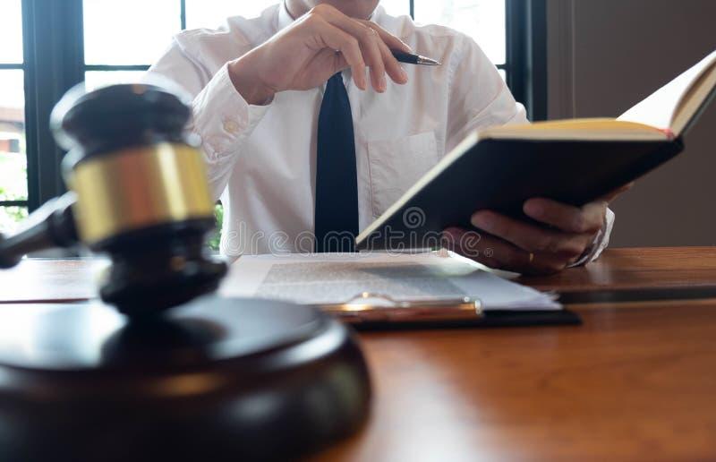 Consultation des avocats en faisant des affaires ou en jugeant des cas selon la justice photographie stock libre de droits