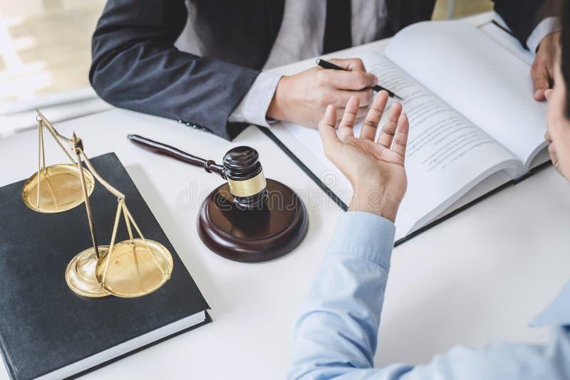 Consultation et conférence des avocats masculins et le fonctionnement et la discussion professionnels de femme d'affaires ayant a photographie stock libre de droits