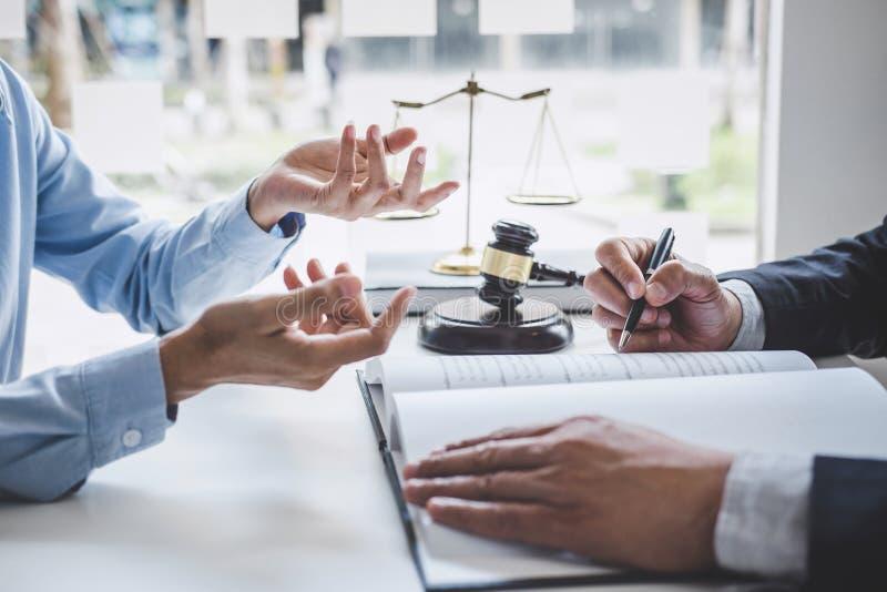 Consultation et conférence des avocats masculins et le fonctionnement et la discussion professionnels de femme d'affaires ayant a photo libre de droits