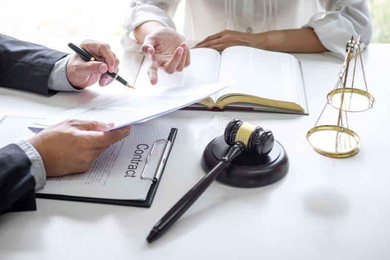 Consultation et conf?rence de femme d'affaires professionnelle et d'avocats masculins fonctionnement et discussion ayant au cabin photos stock