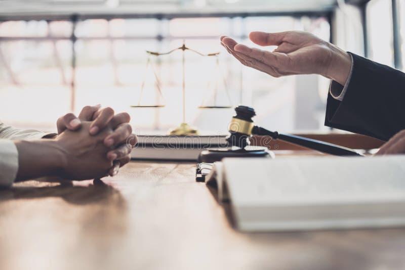 Consultation et conf?rence de femme d'affaires professionnelle et d'avocats masculins fonctionnement et discussion ayant au cabin image stock