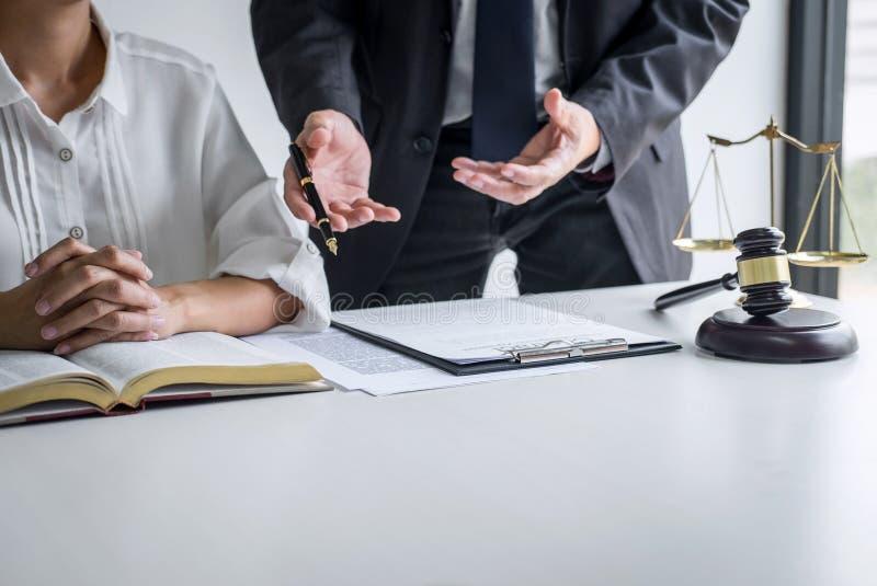 Consultation et conf?rence de femme d'affaires professionnelle et d'avocats masculins fonctionnement et discussion ayant au cabin photo libre de droits