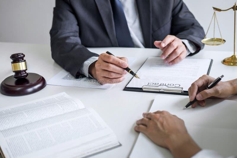 Consultation et conf?rence de femme d'affaires professionnelle et d'avocats masculins fonctionnement et discussion ayant au cabin images stock