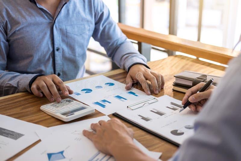Consultation exécutive et conférence de deux collègues d'homme d'affaires images stock