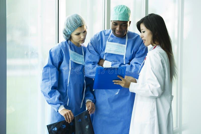 Consultation multi-ethnique de médecins images stock
