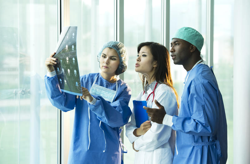 Consultation multi-ethnique de médecins photographie stock