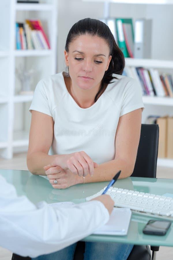 Consultation patiente femelle dans le bureau de médecins photo libre de droits