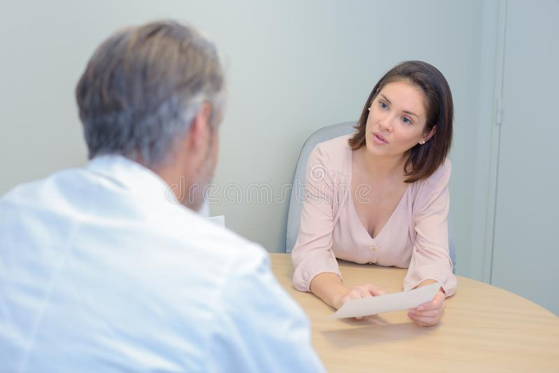 Consultazione del paziente e di medico durante l'esame medico in ospedale immagini stock