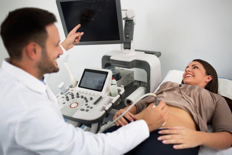 Consultazione di ultrasuono alla clinica del ginecologo immagini stock libere da diritti